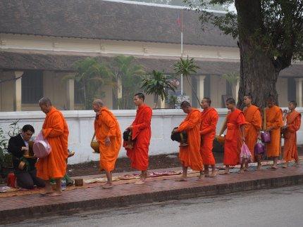 Cérémonie laotienne Tak Bat