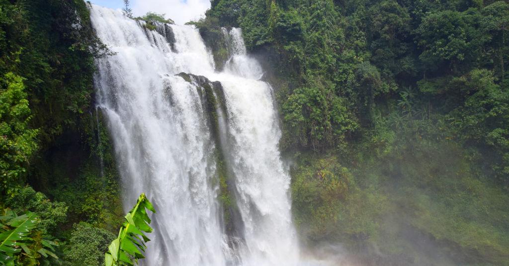 Chute d'eau dans les Bolovens au Laos.