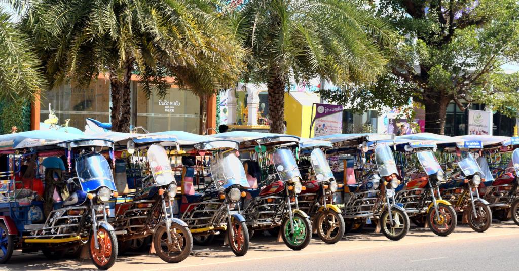 Rangée de Tuk Tuk à Vientiane, capitale du Laos.