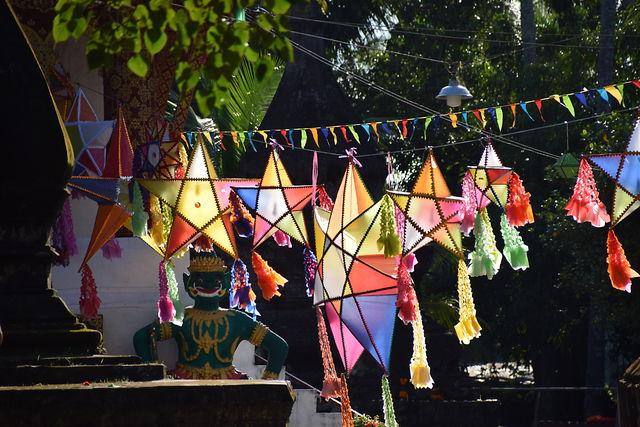 lampions sur la rivière a Vang Vieng.