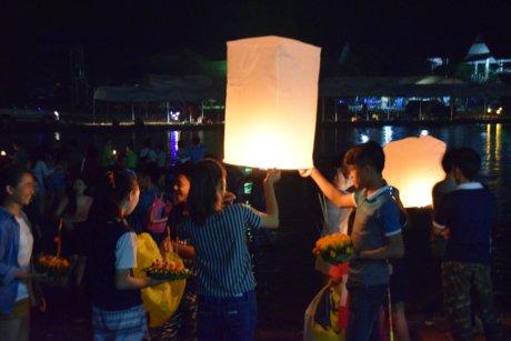 lampions sur la rivière a Vang Vieng