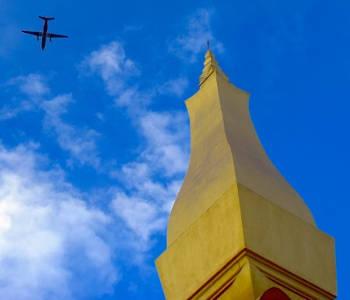 Avion passant au dessus d'un temple au Laos