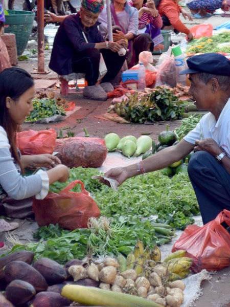 Etalage d'un marché au Laos.