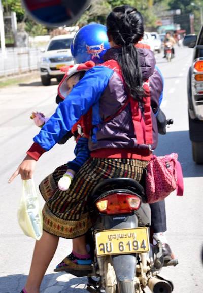 Couple sur un scooter au Laos.