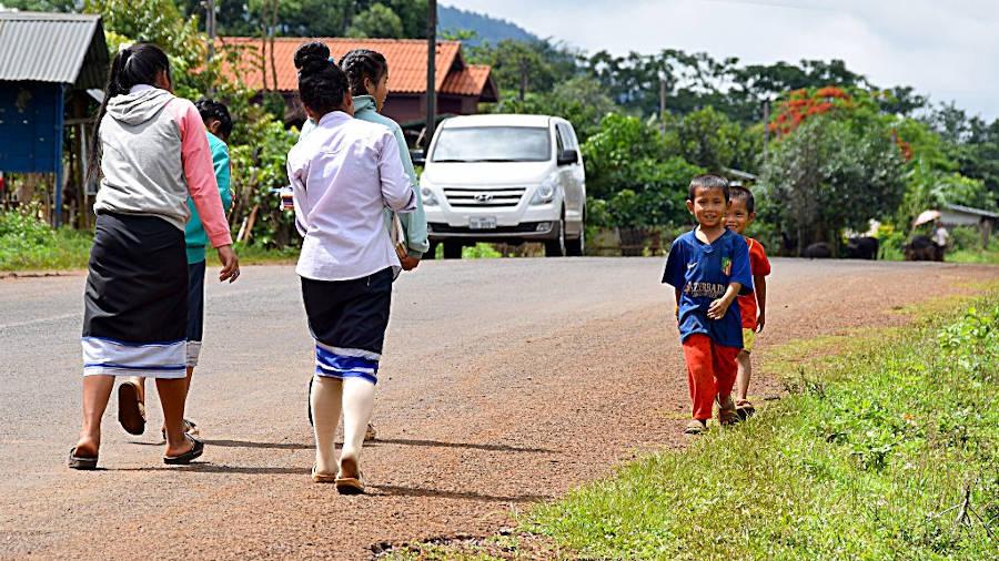 Enfants rentrant de l'école au Laos.