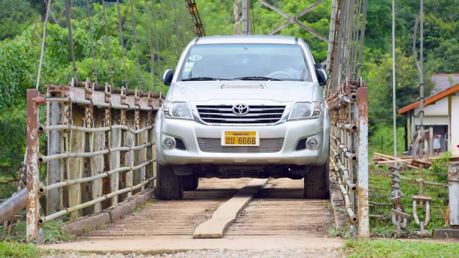 4x4 sur un pont au Laos.