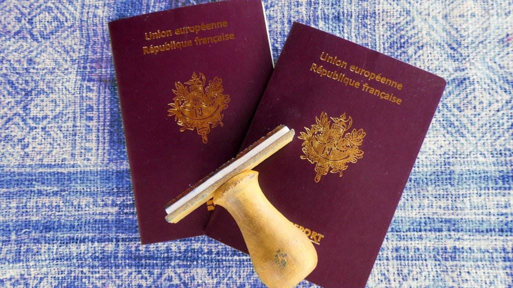 Passeports français et tampon d'immigration.