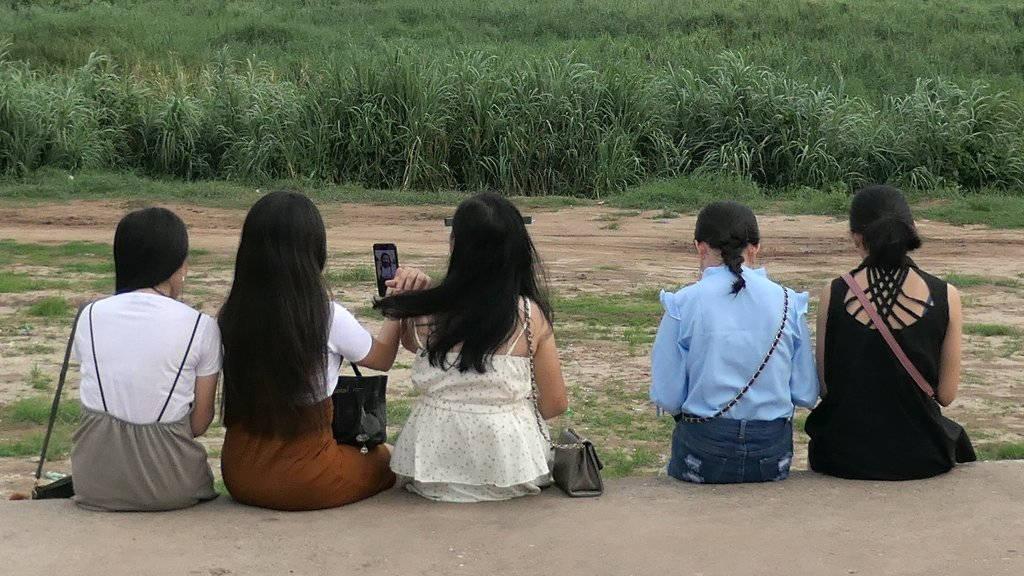 Jeunes filles sur le bord du Mékong.