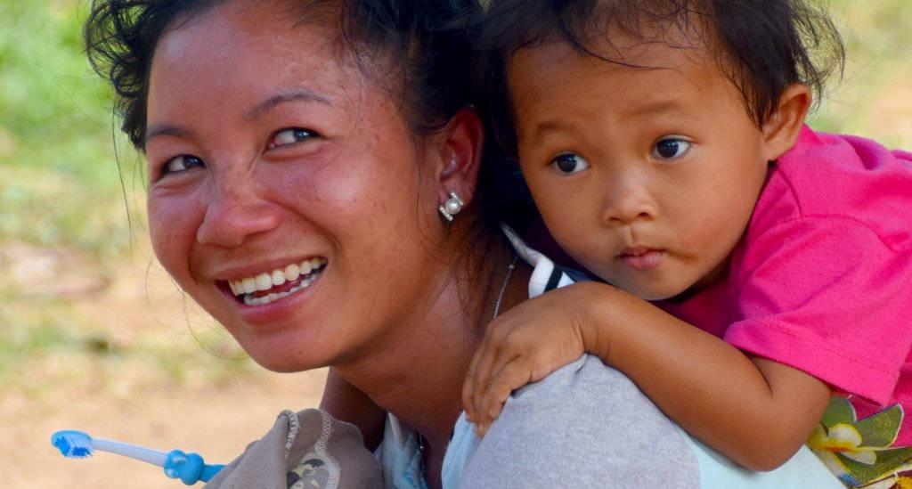 Distribution de brosses à dents au Laos.
