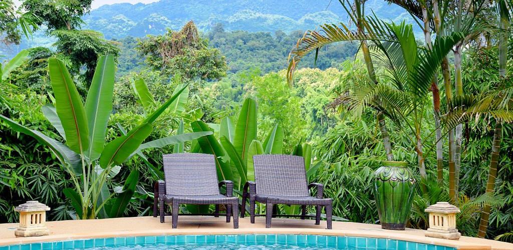 Chaises longues au bord d'une piscine.
