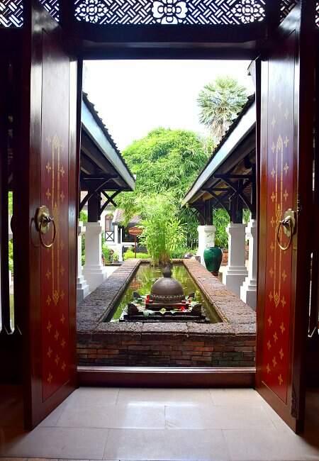 Jardin d'un hôtel au Laos.