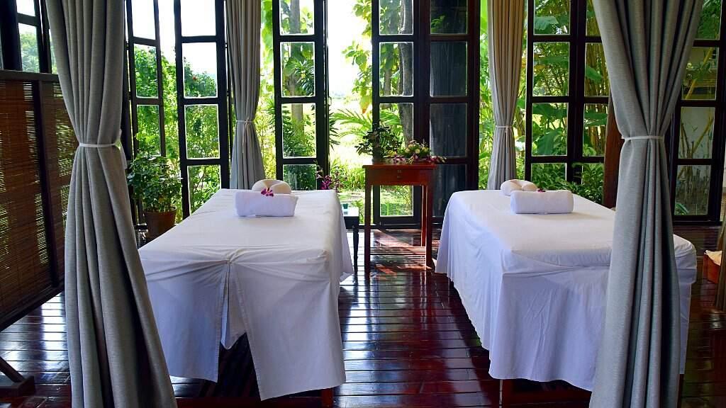 Tables de massage dans un spa au Laos.
