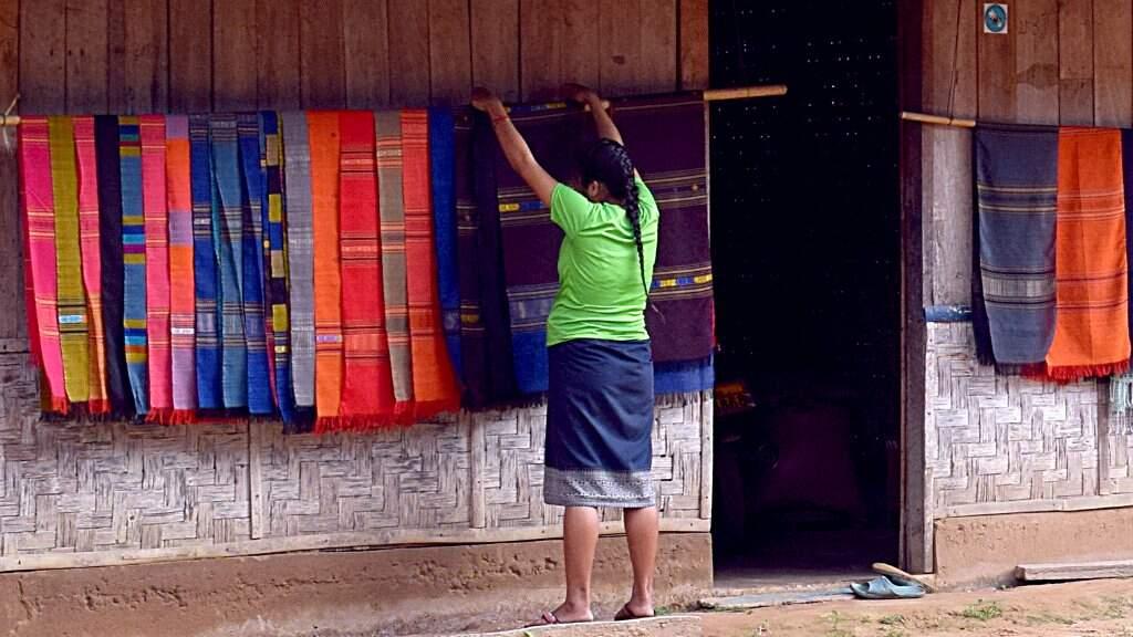 Tisserande dans un village au Laos.